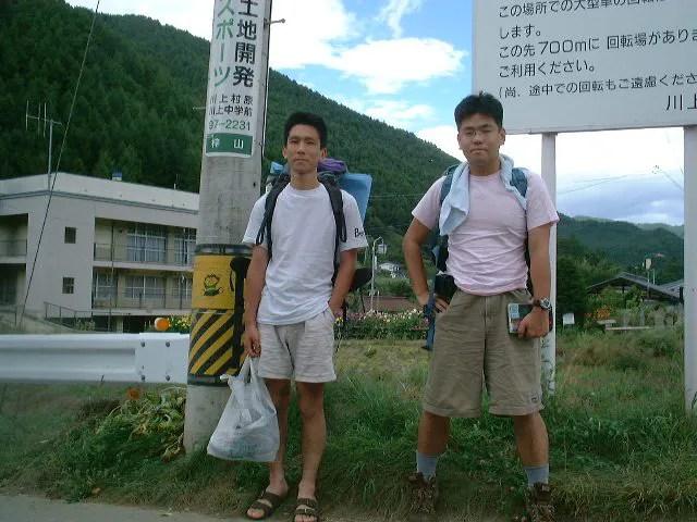 梓川バス停に到着した二人