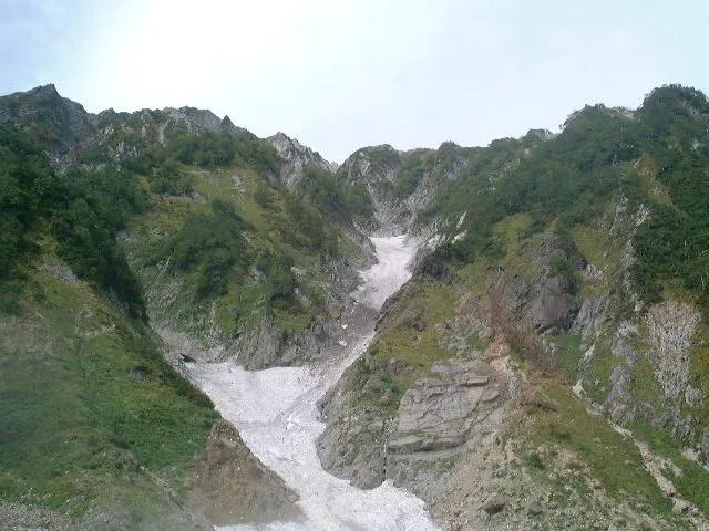 険しい山の隙間に雪渓はある