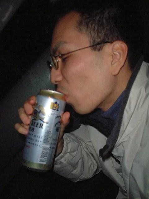 夜明け前からビールを飲む