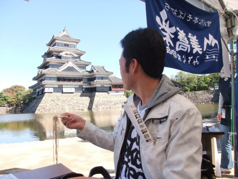 国宝松本城天守閣を眺めながら蕎麦