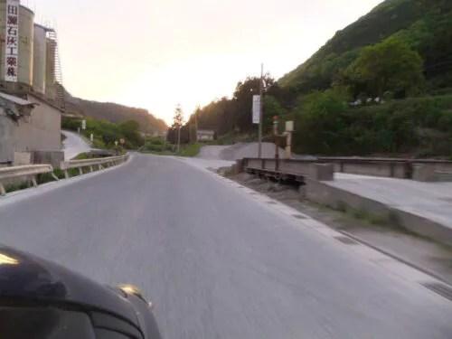 出石山への道は採石場銀座
