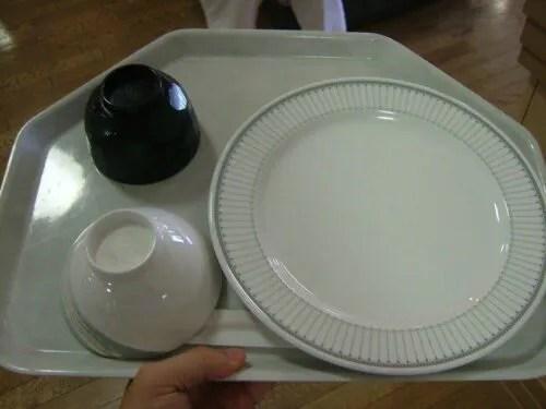 渡されたお皿は大きい!顔が隠れるくらいだ!これに盛り放題!