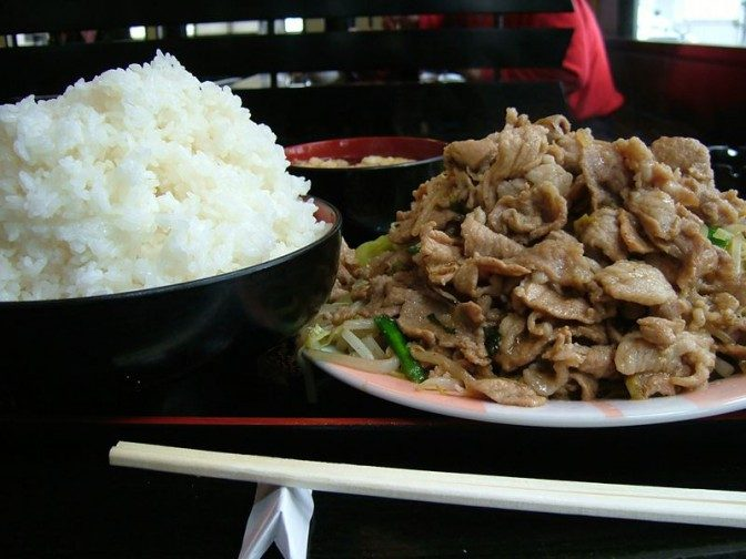 横から見た肉野菜炒め定食大盛