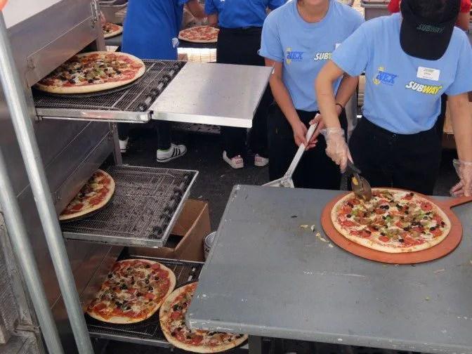 ピザが次々焼けていく