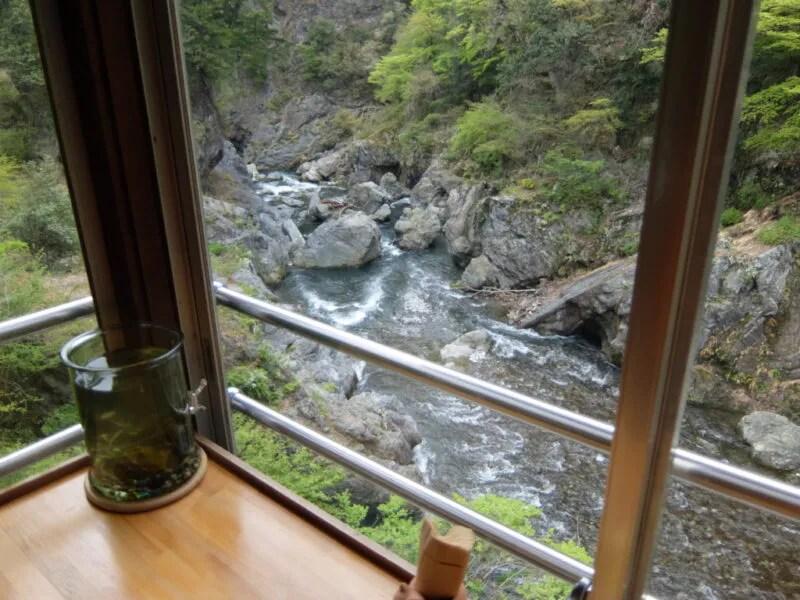 窓から渓谷