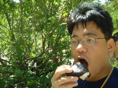 おむすびを食べる