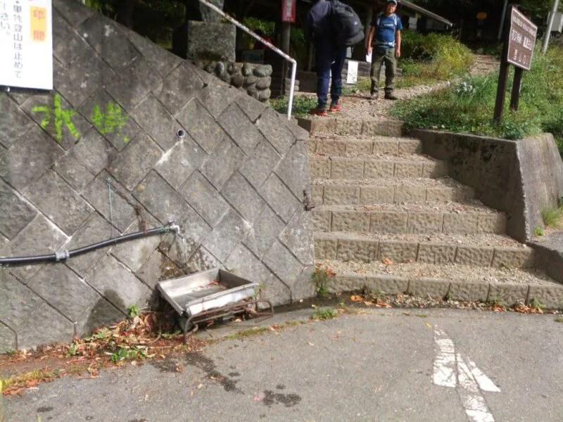 登山口に水場がある