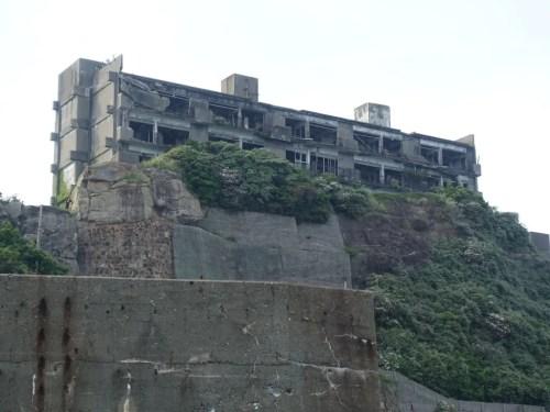 岩山の上に建つ建物