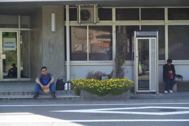 バスの到着を待つ