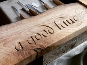 Работы Джона Моуби, специализирующегося на вырезании букв в камне и дереве.