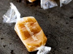 Фирменный стиль и упаковка конфет ручной работы Karamelleriet