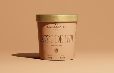 Премиум-мороженое Bacio di Latte, которое выглядит дорого за счёт минимума декора, тонкой изящной антиквы и золотистого края крышки