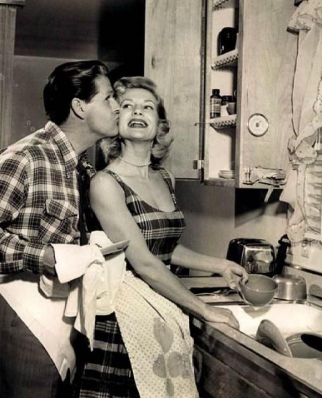 26 - DIA DA DONA DE CASA: Guia da 'boa esposa' dos anos 50 traz dicas de comportamento no lar