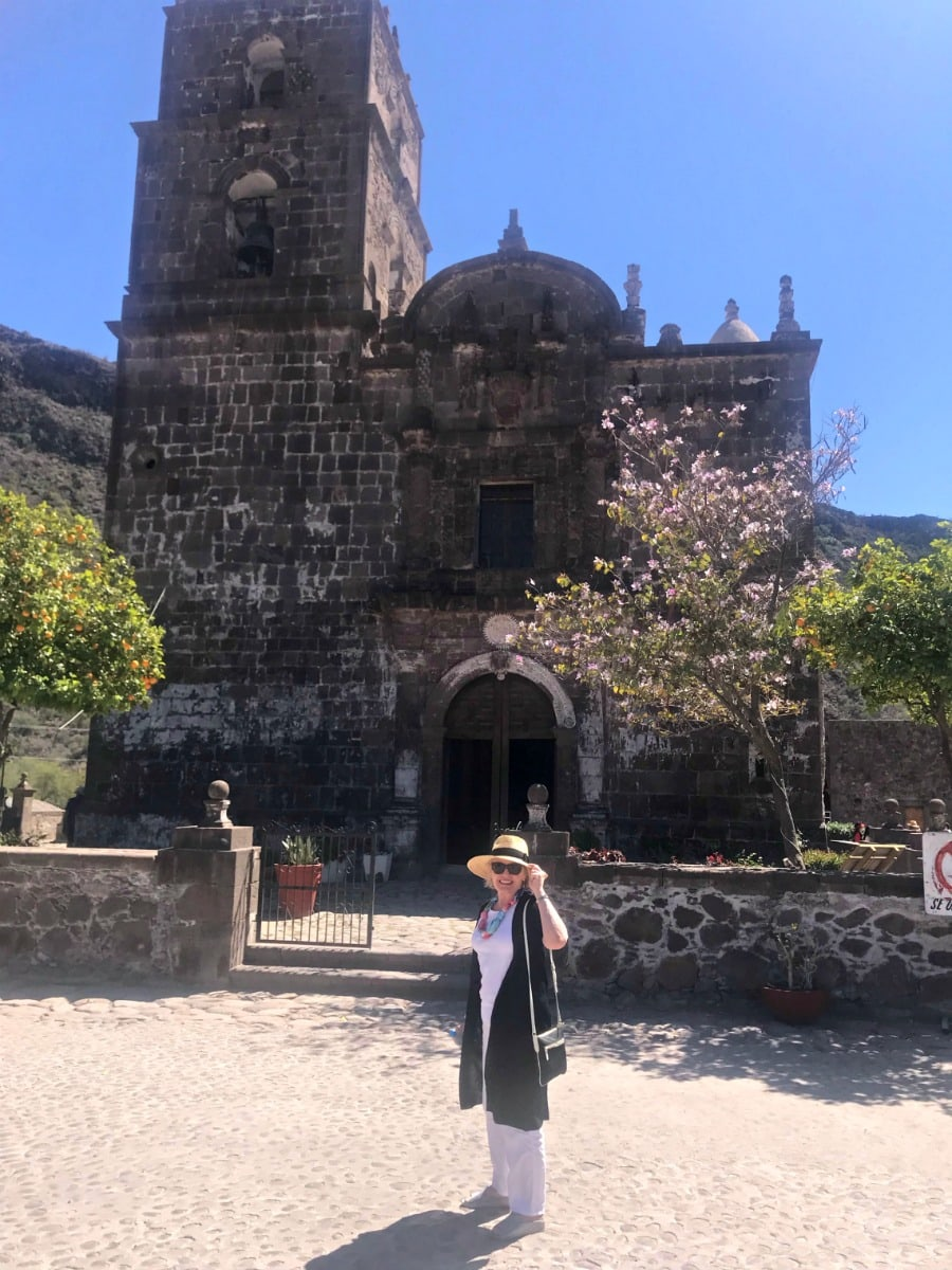 Jennifer Connolly at Loreto mexico in black and white linen by Eileen Fisher with straw hat