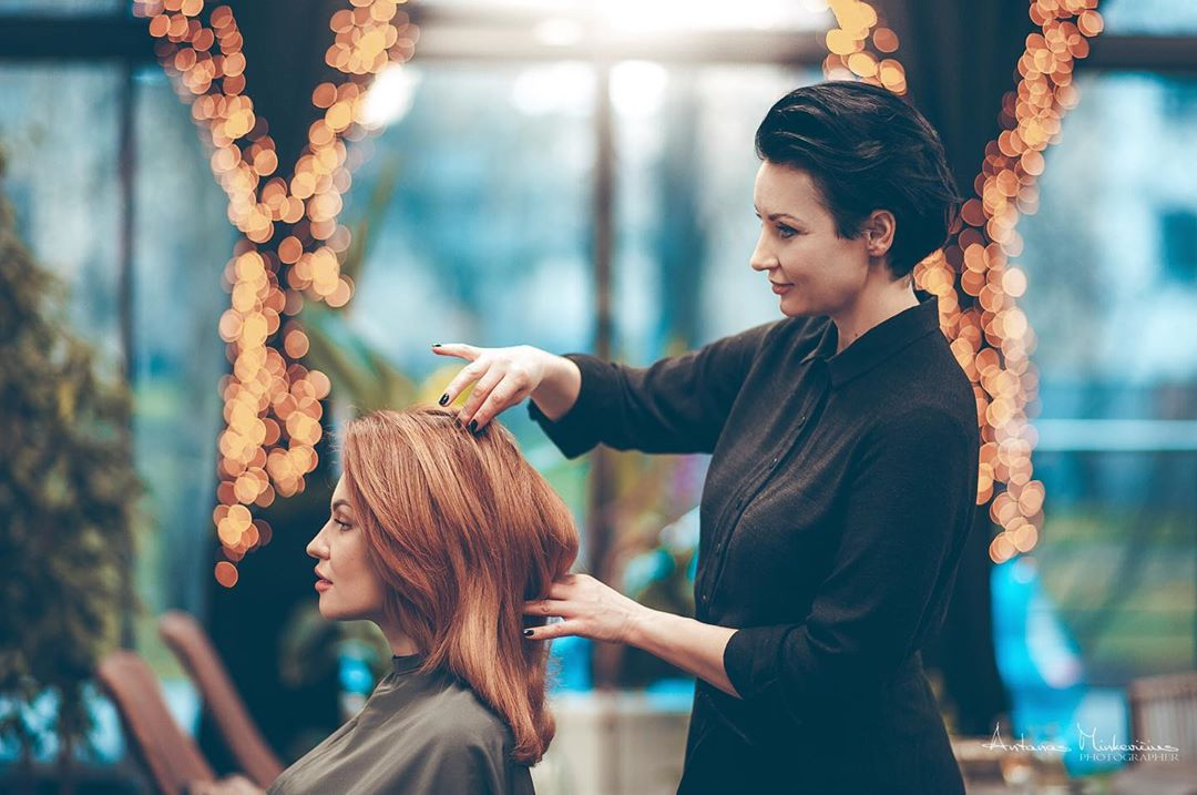 Hairstylist Boosts Her Clients' Self-Esteem By Choosing The Most Appropriate Hairstyles Image 1