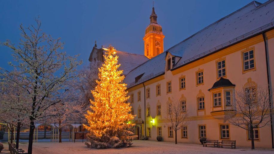 2013-12-25_DE-DE4879794189_Weihnachtsbaum-vor-dem-Landratsamt-in-Freising-Stadtteil-Neustift-Bayern-Deutschland