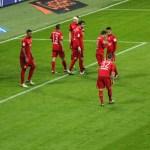 """... sondern auch mittels Kapitän Philipp Lahm und einem """"Taktik-Zettel"""" an die Spieler weiter."""