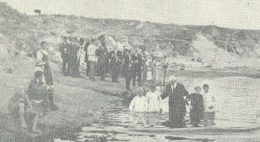 Pastor J. W. Westphal batizando várias pessoas em En-Rios, Argentina