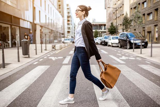 Mujer caminando en la ciudad