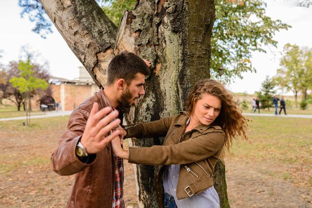 pareja peleando en parque