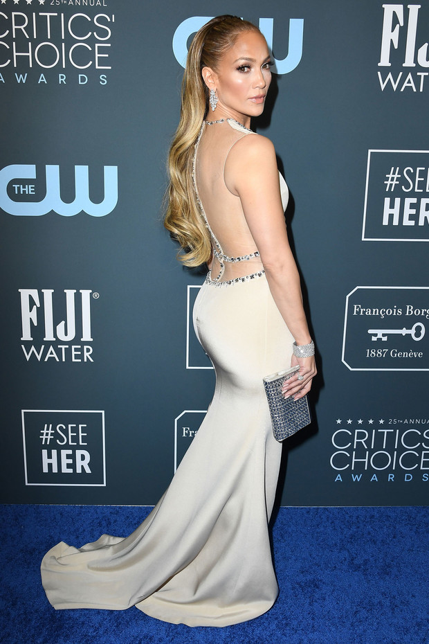 jennifer lopez escote en la espalda en los critics choice awards 2020