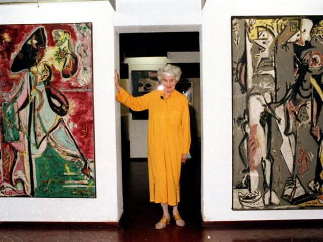 Peggy Guggenheim posa en el palazzo con cuadros de Pollock.