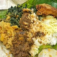 Nikita Mirzani Makan Nasi Padang