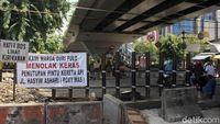 Pintu Perlintasan KA di Roxy Ditutup, Warga Duri Pulo Protes