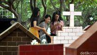 Hari Natal, Pemakaman Katolik Ramai Didatangi Peziarah