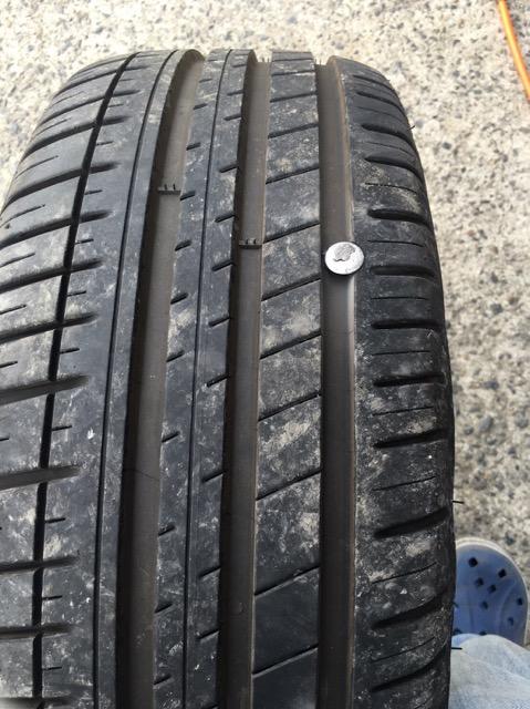 タイヤにビスが刺さる