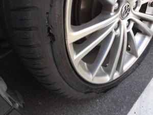 サイドウォールが裂けたタイヤ