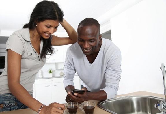 couple-smartphone-110928