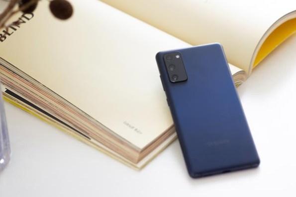 台灣三星推出 Galaxy S20 FE 5G 高規版(8 + 256 GB),三合一無線閃充充電板同步登場!