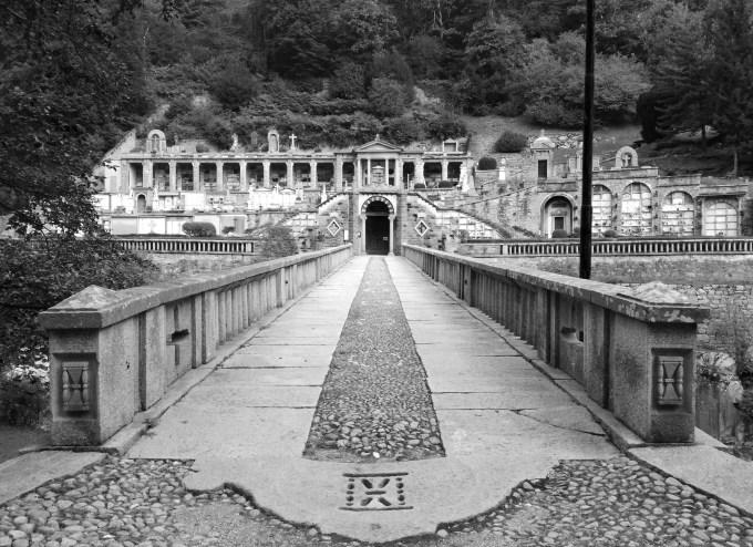 il ponte a tre arcate che porta al cimitero, decorato con clessidre.jpg