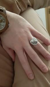 Axthelm Siegelring an der Hand