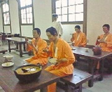 2009/08/12 16:38 食事中のマネキン。館内は五百羅漢な様相