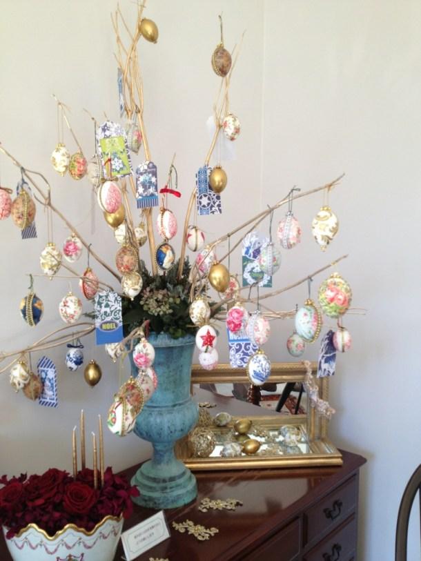 エッグアートのツリーや装飾がいたるところに。