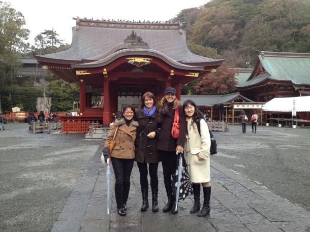 鶴岡八幡宮の舞殿前で。