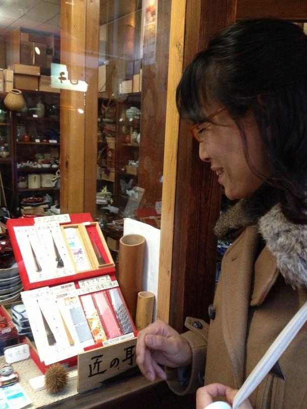 和紙屋さんで、母国の伝統工芸に見惚れるアンヌ先生