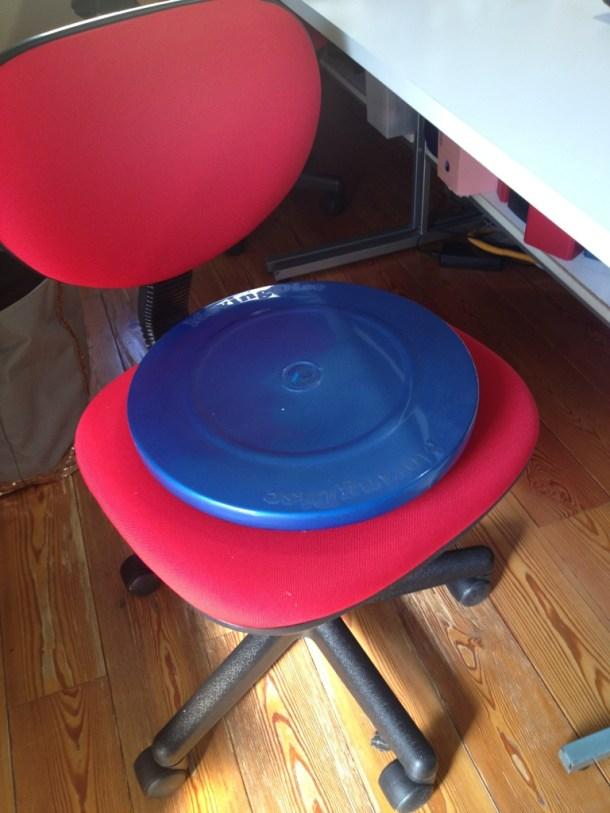バランスボールの代わりに、ディスクに座って。