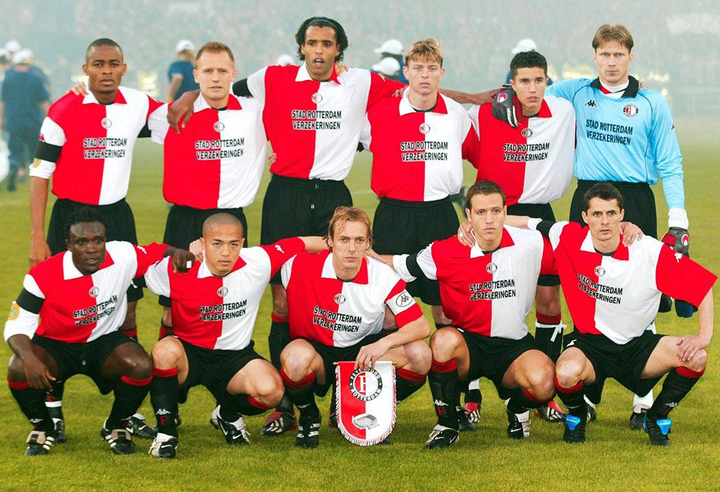 La formazione che scese in campo nella finale di Coppa Uefa del 2001/02. Partita in cui Robin Van Persie (di fianco al portiere) giocò da titolare. Foto: Getty Images.
