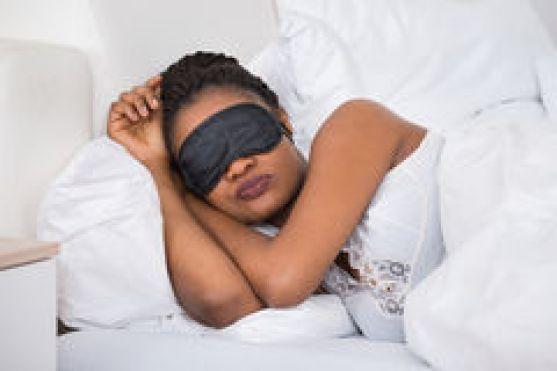 femme-portant-eyemask-tout-en-dormant-74155343