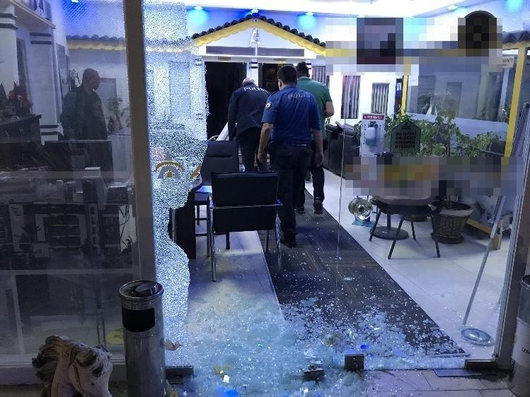 Kuşadası'nda emlak ofisi kurşunlandı
