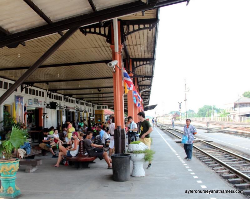 Ayutthaya tren istasyonundan...