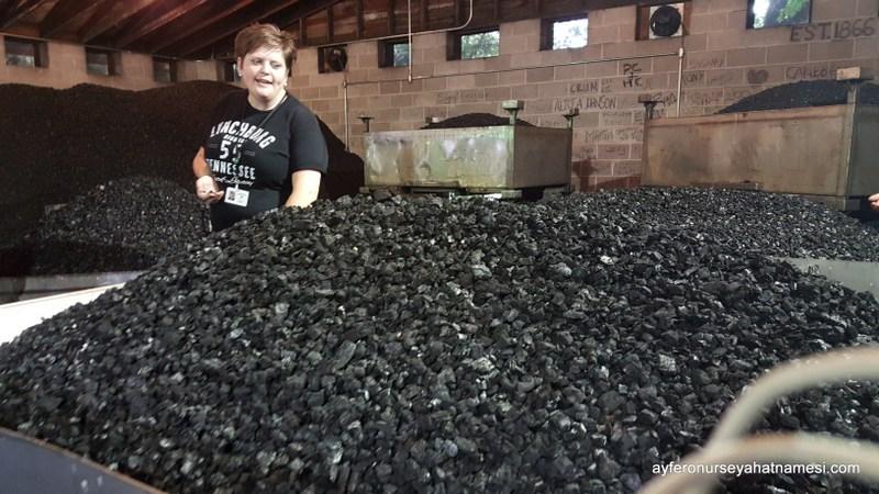 Jack Daniels üretim tesisinde filtreleme odası ve odun kömürleri...