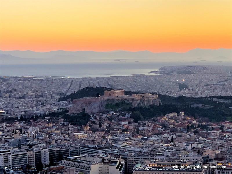 Lycabettus Tepesi'nden Atina ve Akropolis manzarası