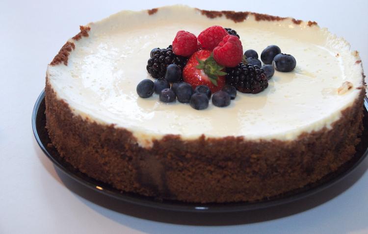 Limoncello cheesecake hele taart met zomerfruit erop