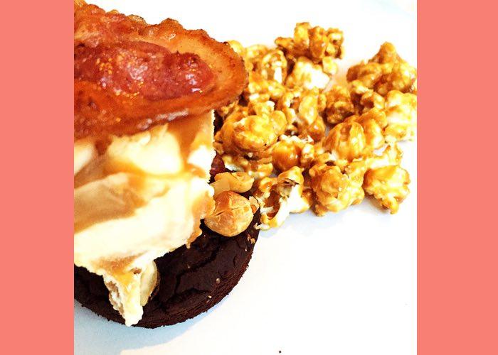 Brownies met karamel-zeezout popcorn, ijs en spek