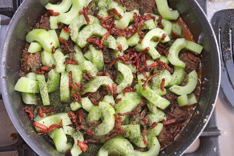 Komkommerschotel samenvoegen komkommer spekjes dille in pan