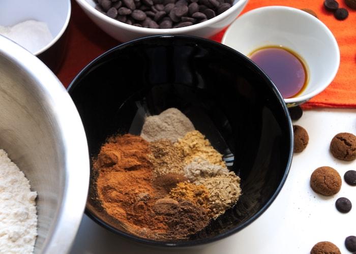 Zelfgemaakte speculaaskruiden in kruidnootjes koekjes